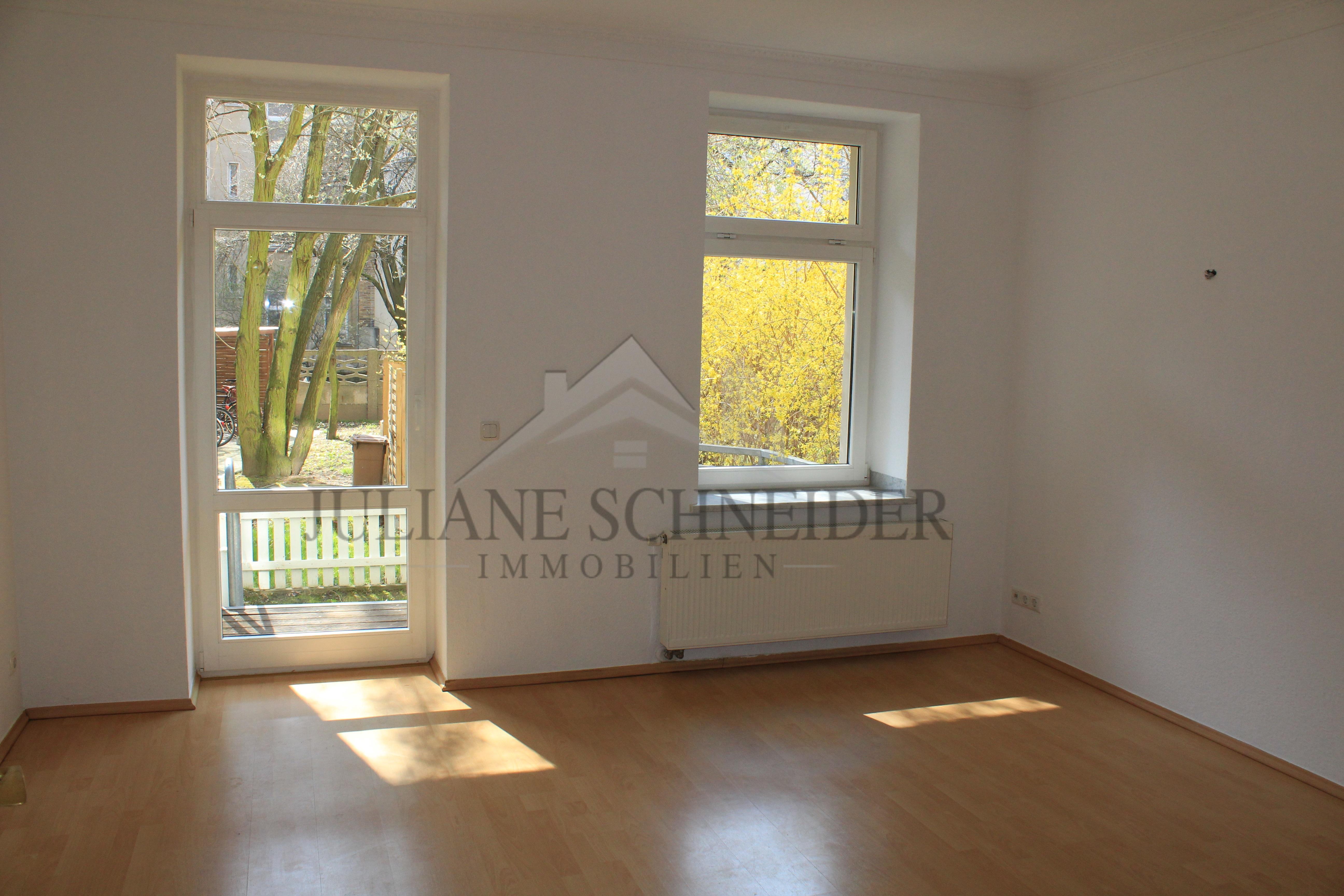 Wohnzimmer mit offener Küche und Zugang zum Balkon - Juliane ...