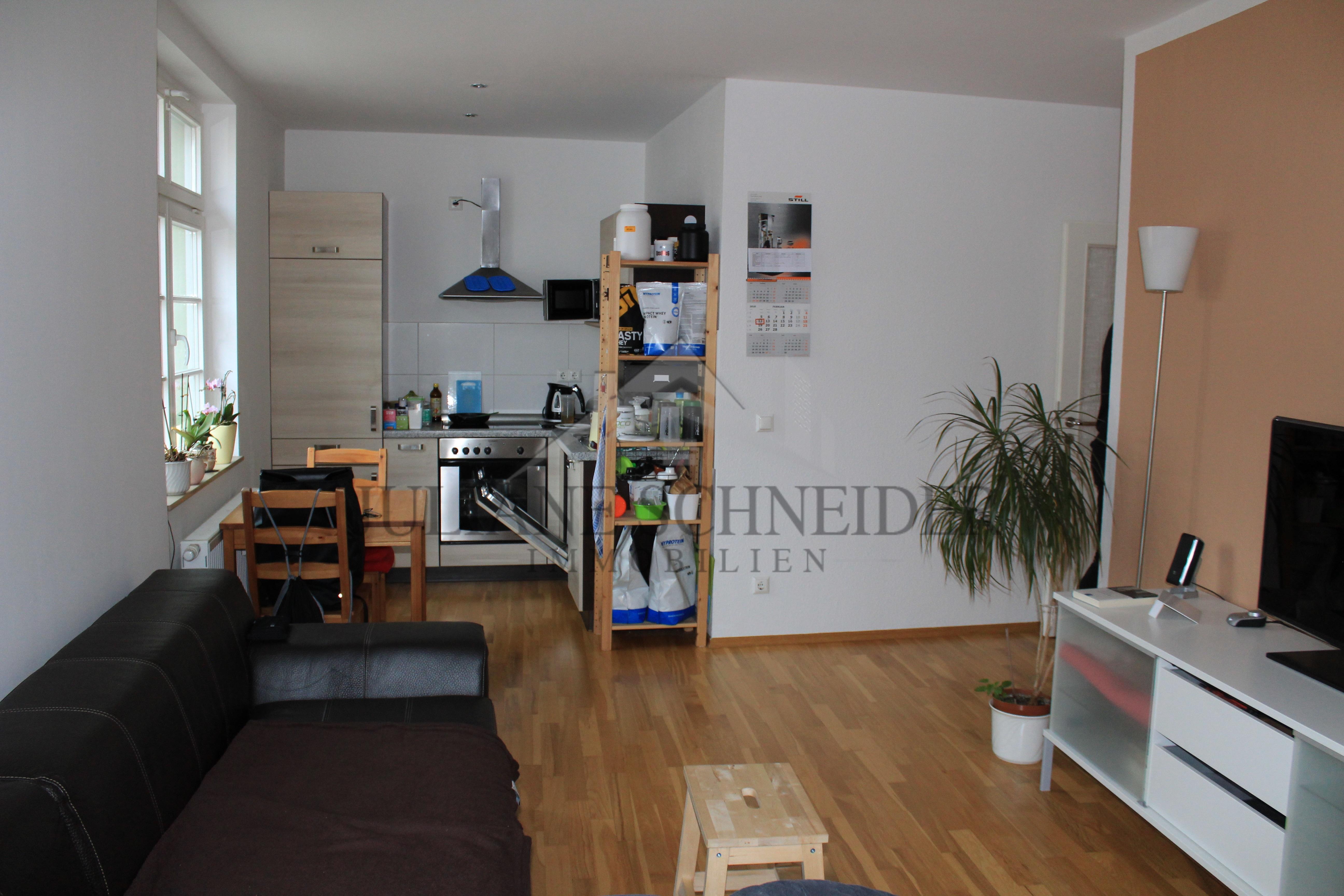 Wohnzimmer mit offener Küche - Juliane Schneider Immobilien